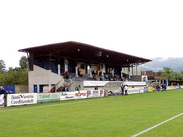 Bilder der Tribühne im Stadion an der Holzstraße