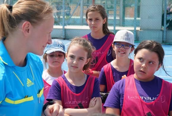 Mädchen hören der Schiedsrichterin zu