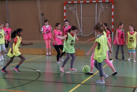 Mädchen die Fußball spielen