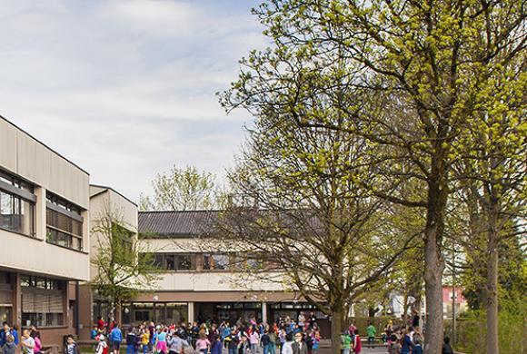 Schulgebäude VS Rotkreuz