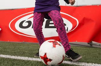 Mädchen führt den Ball