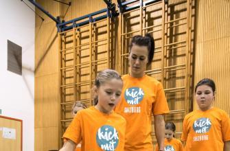 Viktoria Schnaderbeck (ÖFB Teamspielerin) zeigt eine Übung vor und gibt Ratschläge.