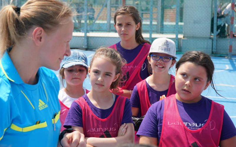 Schiedsrichterin klärt 5 Mädchen über die Regeln auf